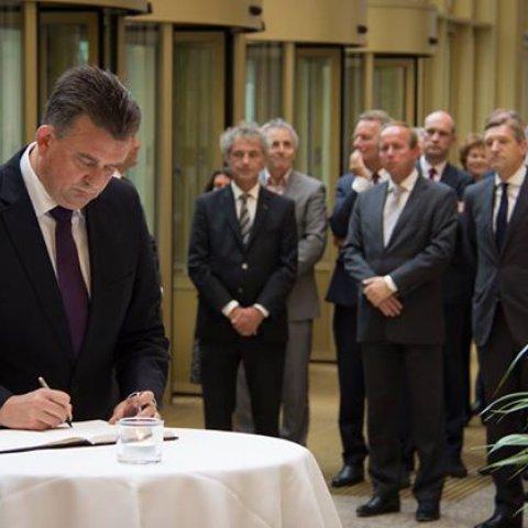 Emile Roemer ondertekent het condoleanceregister voor de slachtoffers van MH17