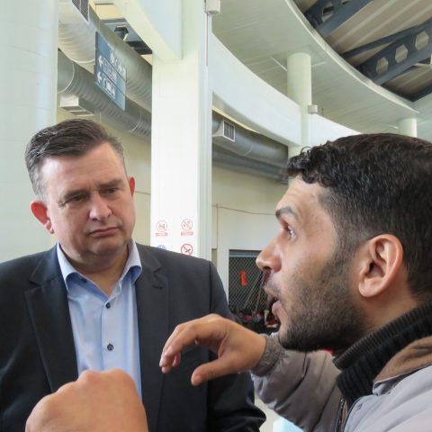 Emile Roemer luistert naar het verhaal van een Syrische vluchteling