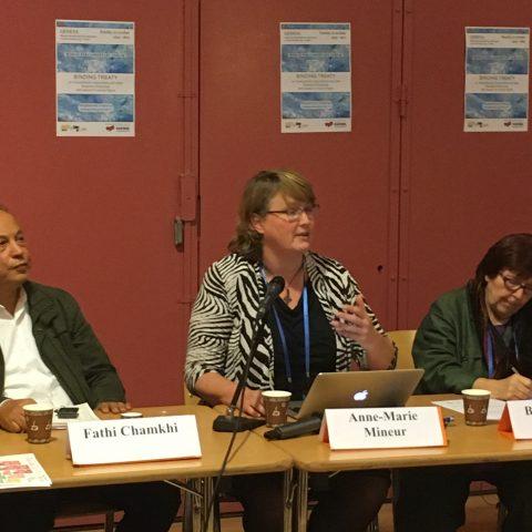 Anne-Marie Mineur spreekt op een evenement over het bindend VN-verdrag