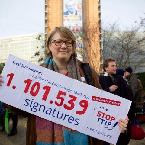 Anne-Marie Mineur bij het indienen van het burgerinitiatief in 2014. Het aantal handtekeningen is nadien nog flink gestegen.