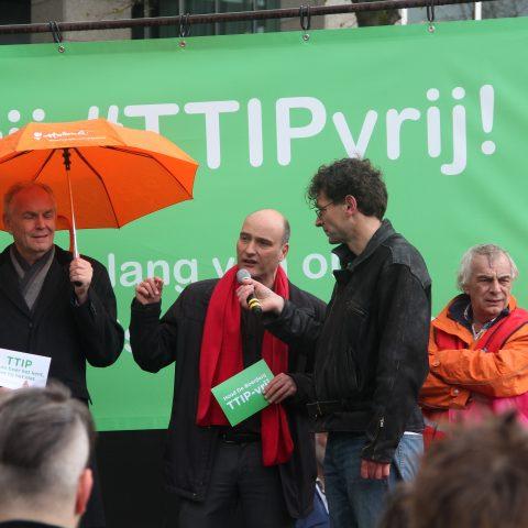 SP-Kamerlid Jasper van Dijk bij de aanbieding van het manifest tegen TTIP en CETA