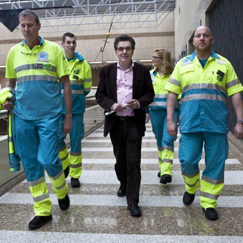 Henk van Gerven met ambulancepersoneel