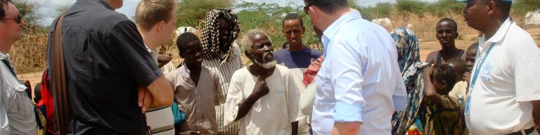 Emile Roemer in gesprek met vluchtelingen in vluchtelingenkamp Dadaab