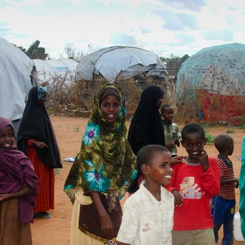 Kinderen voor hun huis in vluchtelingenkamp Dadaab