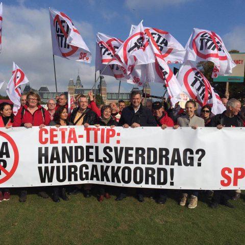 achtduizend mensen demonstreren tegen CETA en TTIP op het Museumplein