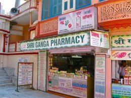 Medicijnen in India, bron: https://commons.wikimedia.org/wiki/File:An_Ayurvedic_Pharmacy,_Rishikesh_(1).jpg