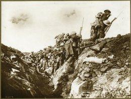 Canadese soldaten die de loopgraaf uitgaan (foto: Flickr | governmentofalberta)